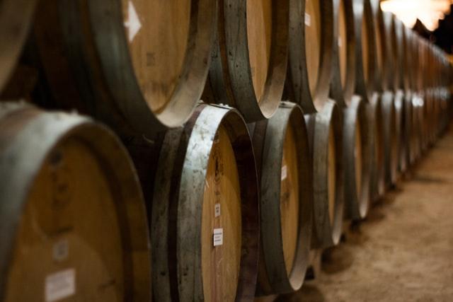Madera del vino. Barricas en una bodega de Argentina